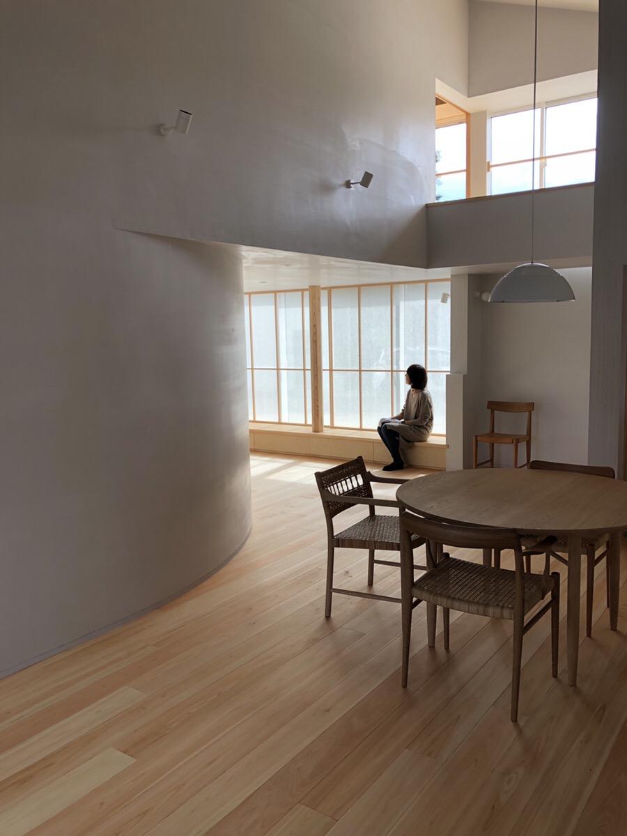 桧の床板と漆喰の空間