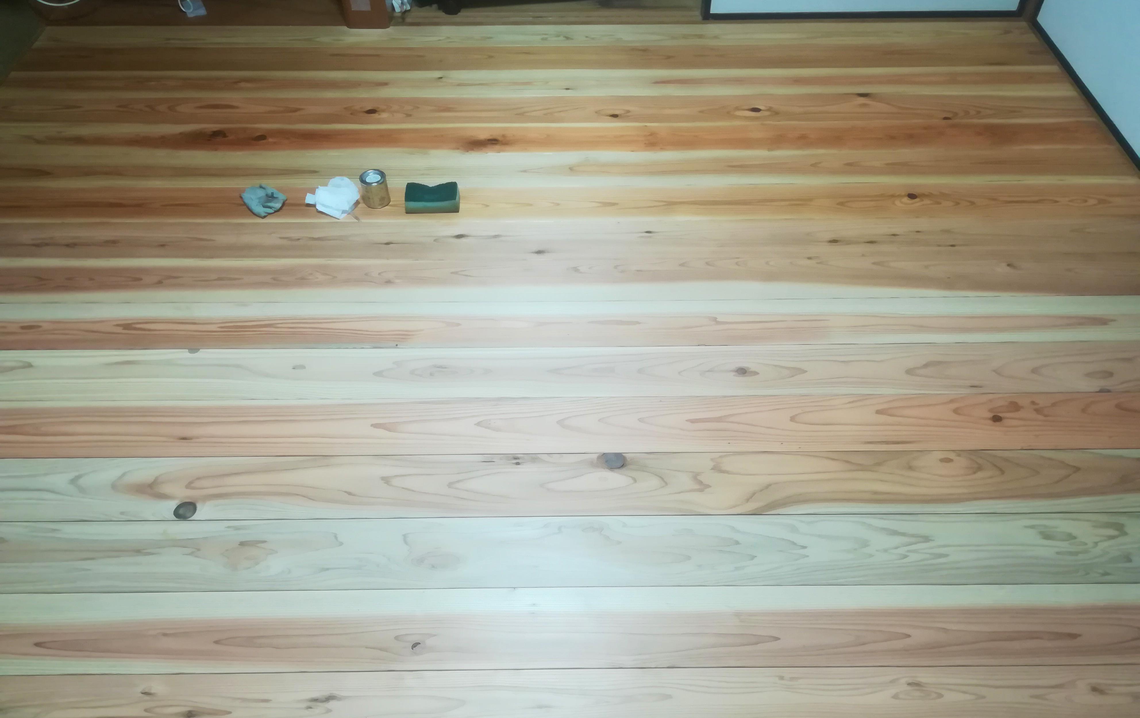 杉のフローリングにワックスを塗っている途中の様子/奥側が塗った後、手前が塗る前