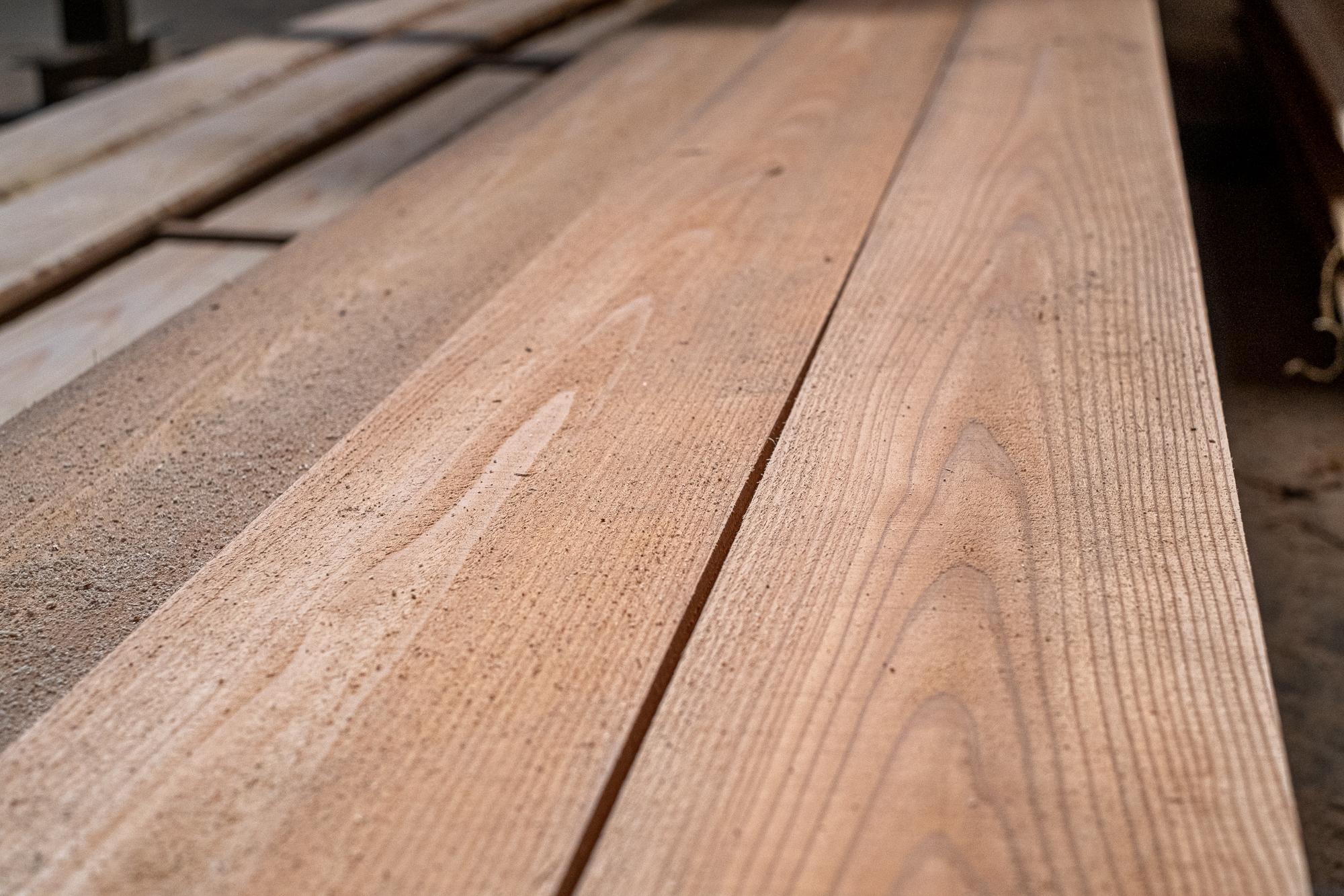 杉の赤ムジの板。節のないこんな板を取ることができるのは、熊野という地域だからこそです。