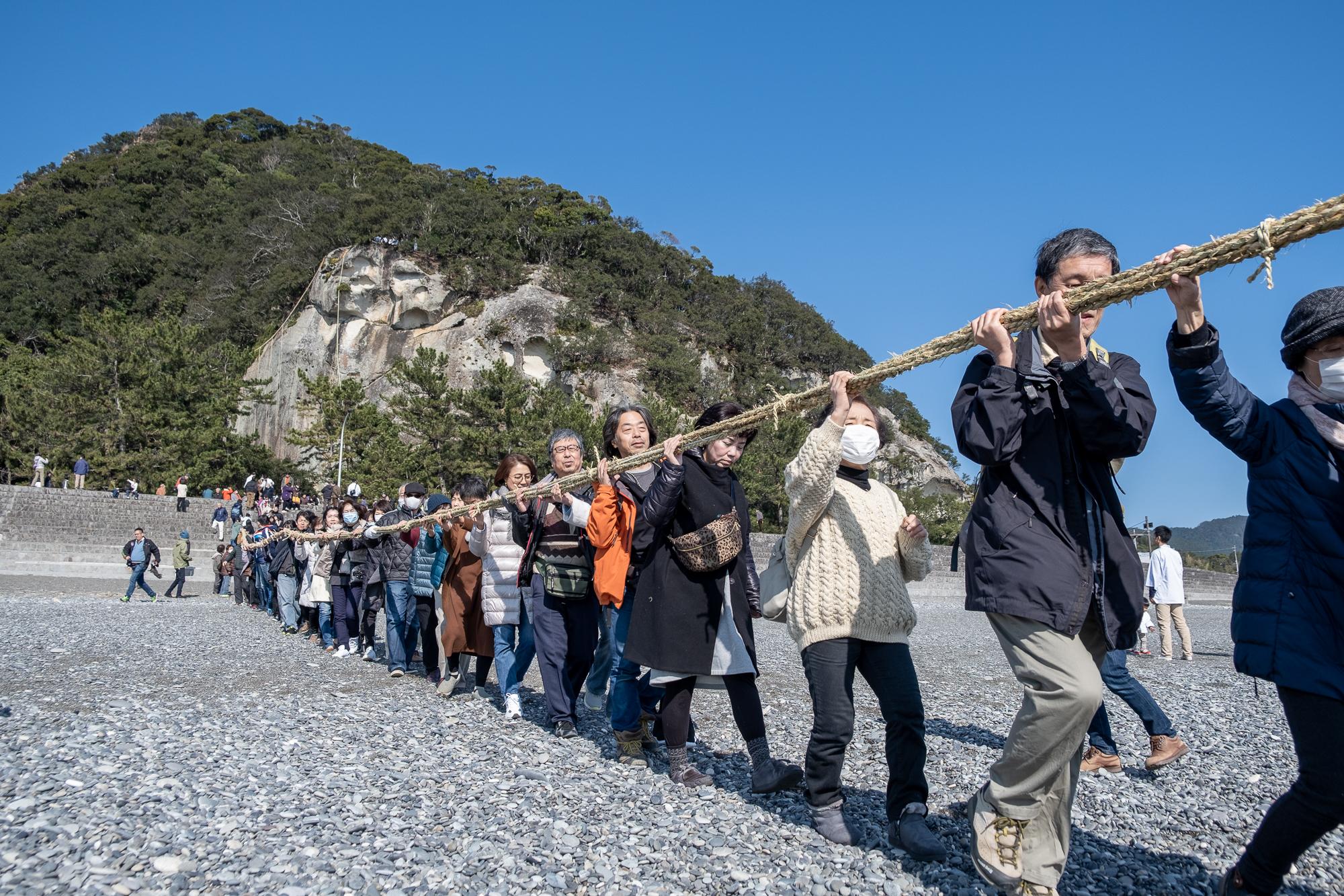 花窟神社の御祭り。 毎年2回、種まきの時期である2月2日と、刈り入れの時期である10月2日にお祭りをする、ということも、日本書記に記されています。